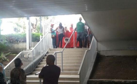 Manifestantes ocupam sede da Companhia de Engenharia Hídrica da Bahia no CAB