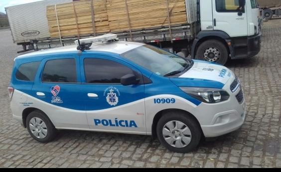 Policiais recuperam metade de carga de madeira roubada de caminhão após acidente de trânsito