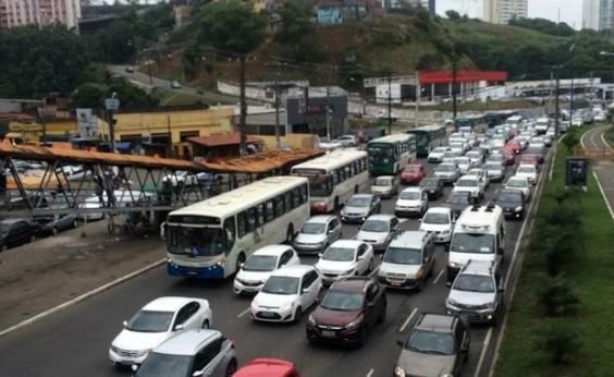 Kombi quebrada congestiona Av. Bonocô; saiba quais vias têm lentidão