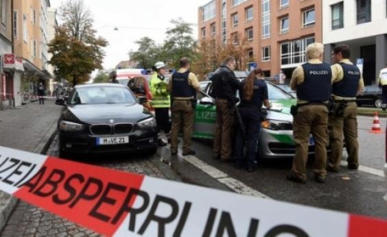 Homem fere oito pessoas com faca em praça na Alemanha