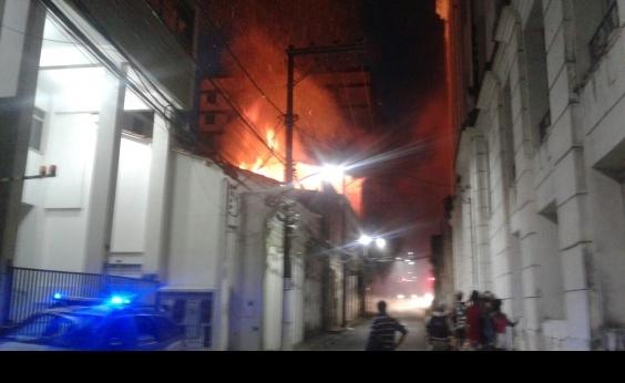 Incêndio atinge casarão no Centro e assusta moradores da região; vídeo