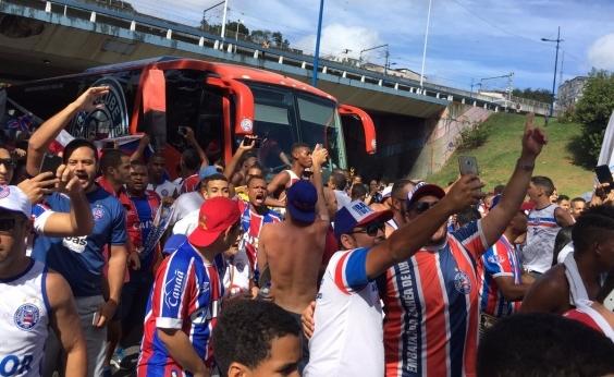 Torcida faz festa na chegada do ônibus do Bahia para o Ba-Vi; veja vídeo