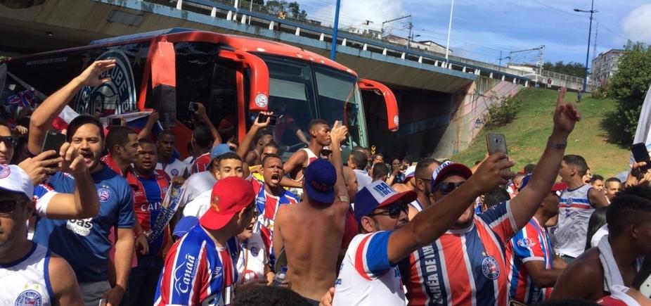 [Torcida faz festa na chegada do ônibus do Bahia para o Ba-Vi; veja vídeo]