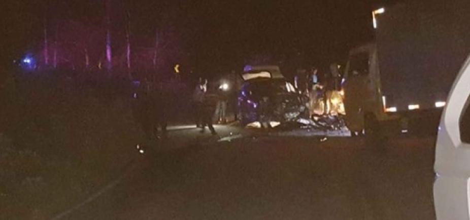 [Dupla morre ao ser atropelada após bater moto em caminhão entre Barra do Choça e Lucaia]