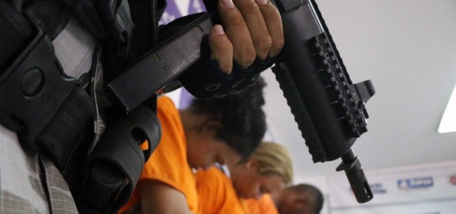 [Armas avaliadas em R$ 500 mil são apreendidas durante operação; cinco suspeitos são presos]