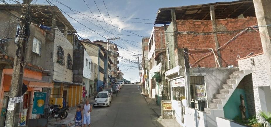 [Traficante é morto em troca de tiros após fazer família refém em Pernambués ]