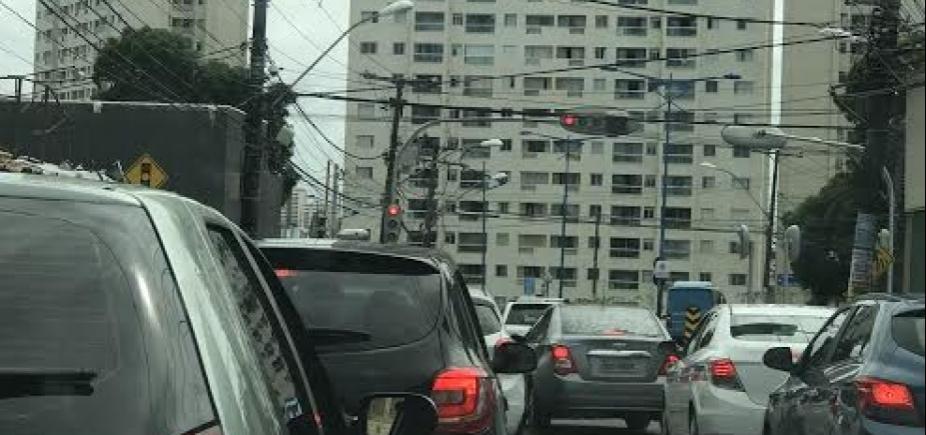 [Motorista enfrenta congestionamento em diversos pontos da cidade]