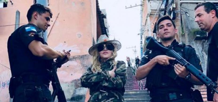 [No Rio de Janeiro, Madonna posa ao lado de PMs em favela e é criticada]