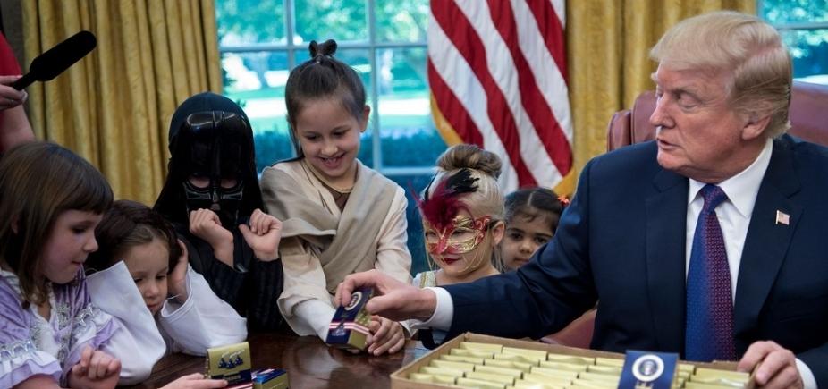 [Em comemoração antecipada doHalloween, Trump distribui doces para crianças na Casa Branca]