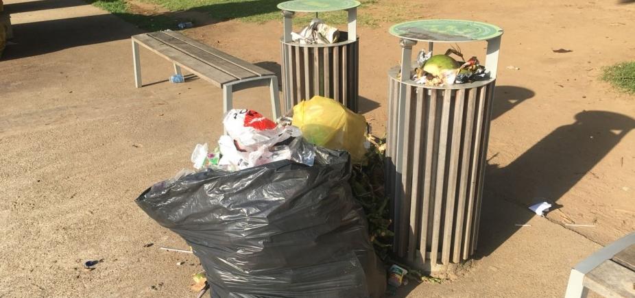 [Com lixeiras pequenas e insuficientes, Parque da Cidade tem acúmulo de lixo]