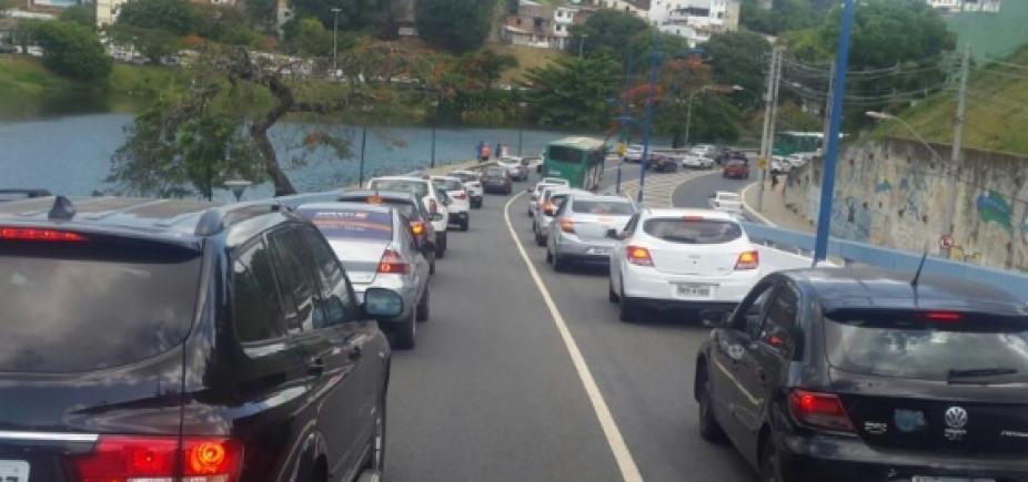 [Acidente e carro quebrado complicam trânsito em diferentes pontos da cidade]