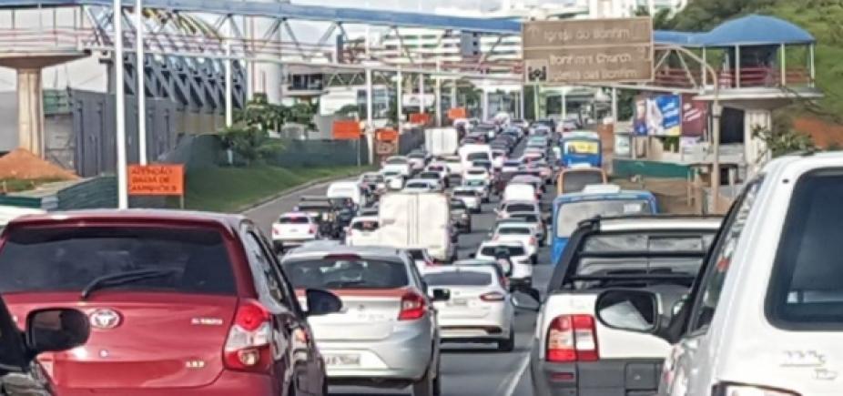 [Motorista ainda enfrenta congestionamento na ACM e na Paralela por causa de carreata]