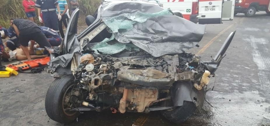 [Homem morre e passageiros ficam feridos após colisão de carro e caminhão]