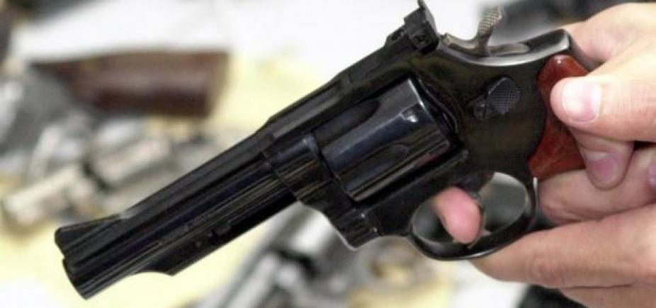 [Suspeito de matar comerciante a tiros, adolescente de 17 anos é identificado por câmeras mas segue foragido]