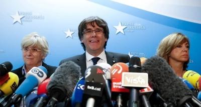 Ex-presidente da Catalunha se entrega à polícia