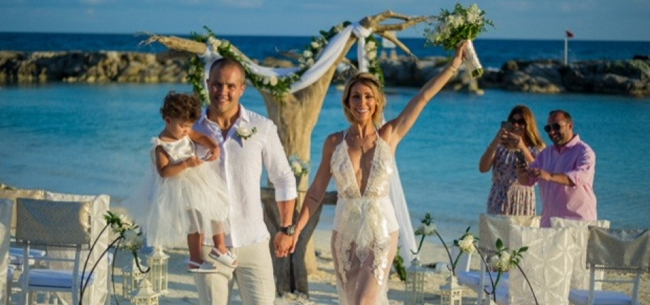 [Em cerimônia intimista, Bella Falconi renova votos de casamento no México; veja fotos]