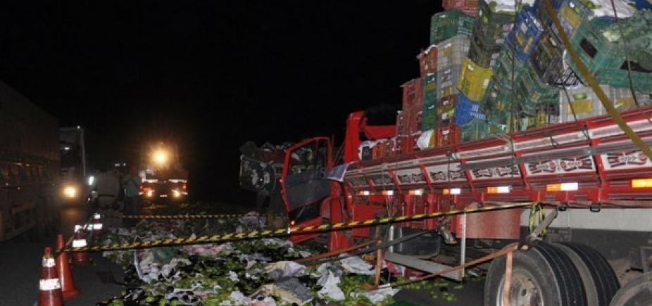 [Colisão entre carreta e caminhão mata dois na BR-116; carga de verduras foi saqueada ]