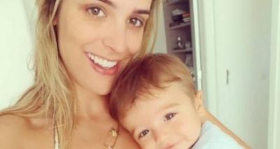 Jornalista ostenta barriga trincada 9 meses após dar à luz: