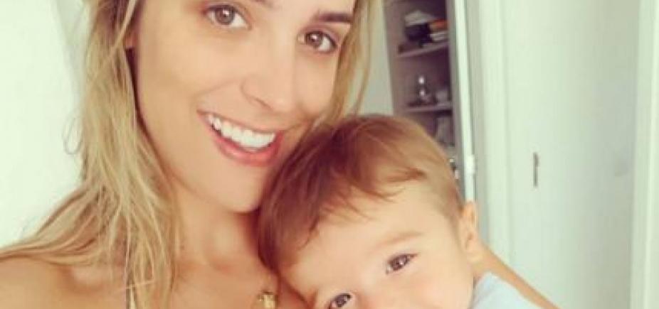 [Jornalista ostenta barriga trincada 9 meses após dar à luz: