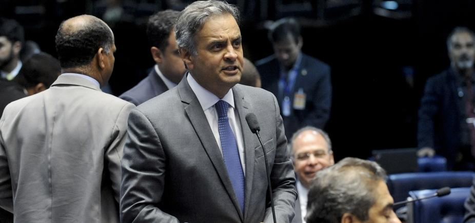 [ Aécio reconhece desembarque do PSDB do governo: ʹVamos sair pela porta da frenteʹ]