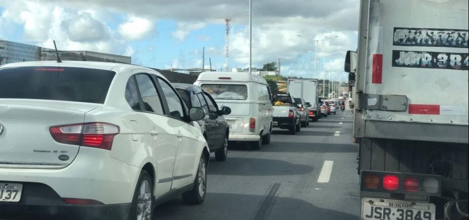 [Caminhão quebrado causa congestionamento na BR-324 ]