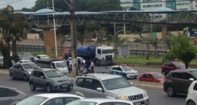 Acidente com motociclista deixa trânsito lento na Paralela sentido Aeroporto