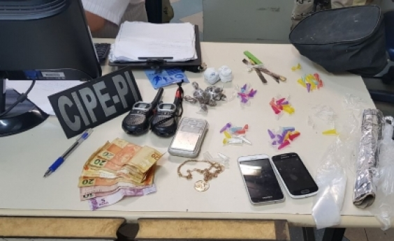 Polícia apreende drogas e rádios comunicadores com traficantes em Camaçari