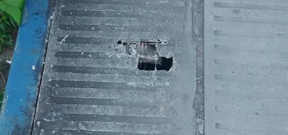 [Com buracos e desgastadas, escadas e ponte da Av. ACM põem pedestres em risco ]