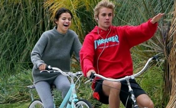Clima de romance no ar! Selena Gomez e Justin Bieber são flagrados aos beijos; veja