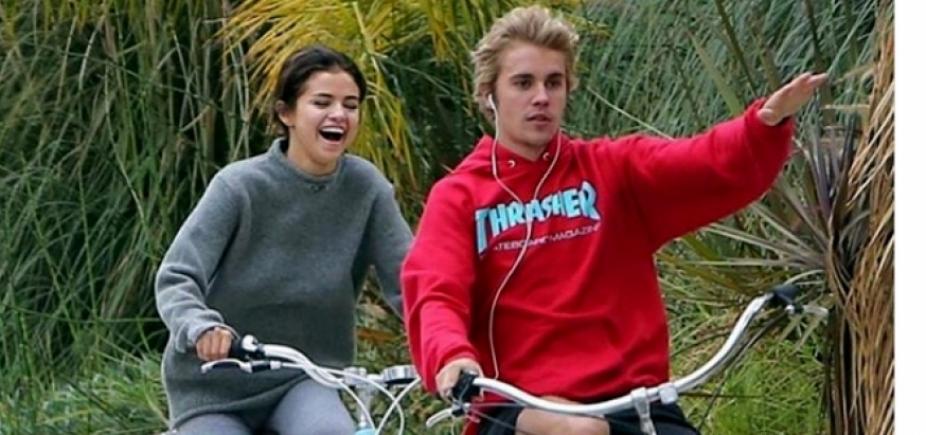 [Clima de romance no ar! Selena Gomez e Justin Bieber são flagrados aos beijos; veja]