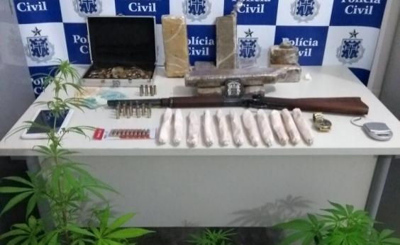 Polícia apreende 11 explosivos e mais de 5 kg de drogas com suspeito de assassinato
