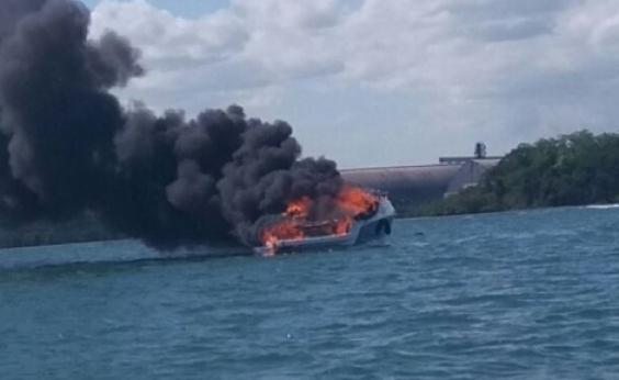 Lancha pega fogo na Baía de Todos-os-Santos