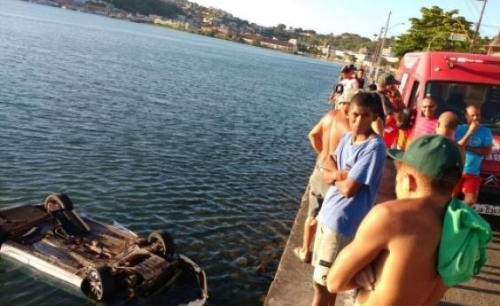 Ilhéus: Carro cai em mar após motorista perder controle da direção