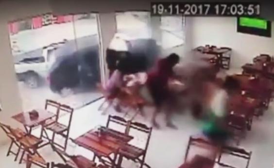 Carro desgovernado invade padaria e por pouco não atinge clientes; vídeo