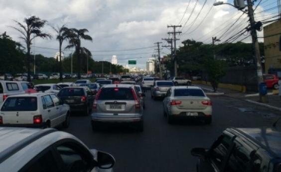 Defeito em sinaleiras causa longo congestionamento na Av. Octávio Mangabeira