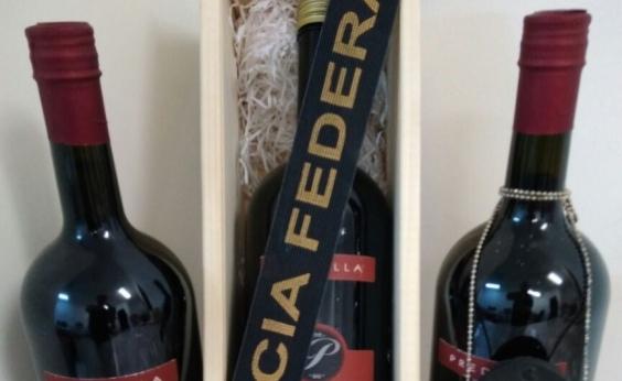 Passageira vinda de Portugal é presa com 4,5 litros de MDMA em garrafas de vinho