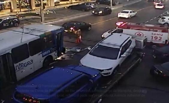 Acidente envolvendo ônibus e guincho deixa o trânsito travado na Av. Oceânica