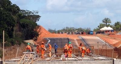 Trânsito é alterado na Estrada do Coco para construção de estação do metrô