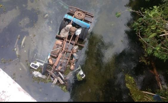 Motorista é resgatado após caminhão cair dentro de rio em Itapicuru