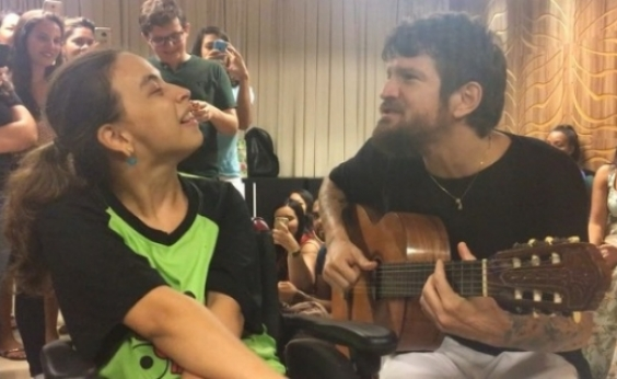 Saulo canta ao lado de fã especial e emociona: ʹEstou falando de amorʹ