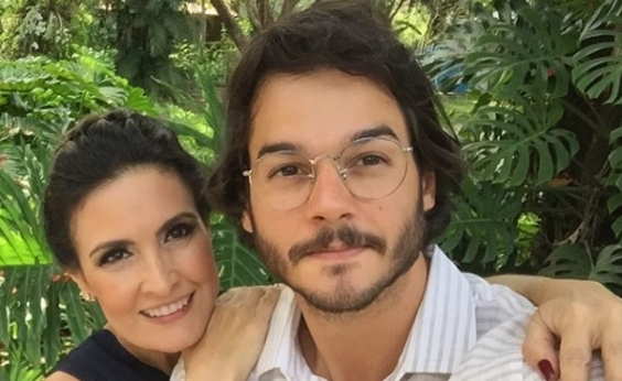 Namorado de Fátima Bernardes faz surpresa e casal é clicado aos beijos