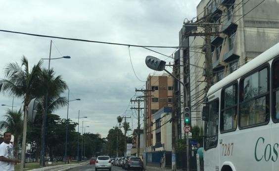 Buracos nas vias exigem atenção dos motoristas nesta segunda; confira trânsito