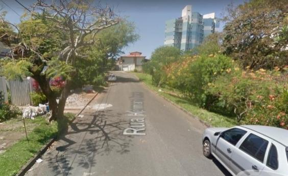 Árvore cai e bloqueia o tráfego atrás do Shopping Itaigara