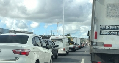 Acidente causa congestionamento na BR-324 sentido Feira de Santana