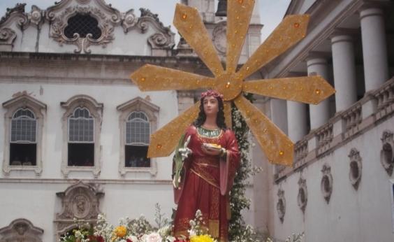 Procissão em homenagem a Santa Luzia causa lentidão no Comércio