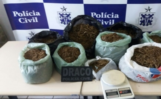 Em fuga, traficantes deixam nove quilos de maconha na rua