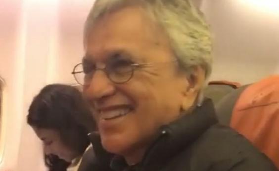 Caetano é surpreendido com coro de ʹLeãozinhoʹ no avião; vídeo