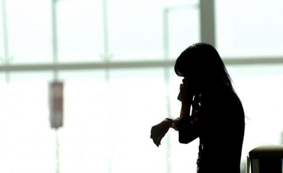 Suspeita de usar filhas de 3 e 10 anos para furtar celulares é presa