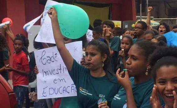 Estudantes protestam contra fechamento de escola em Serrinha após corte do governo federal