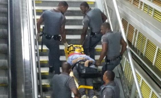 Mulher cai de escada no metrô e é atendida por seguranças